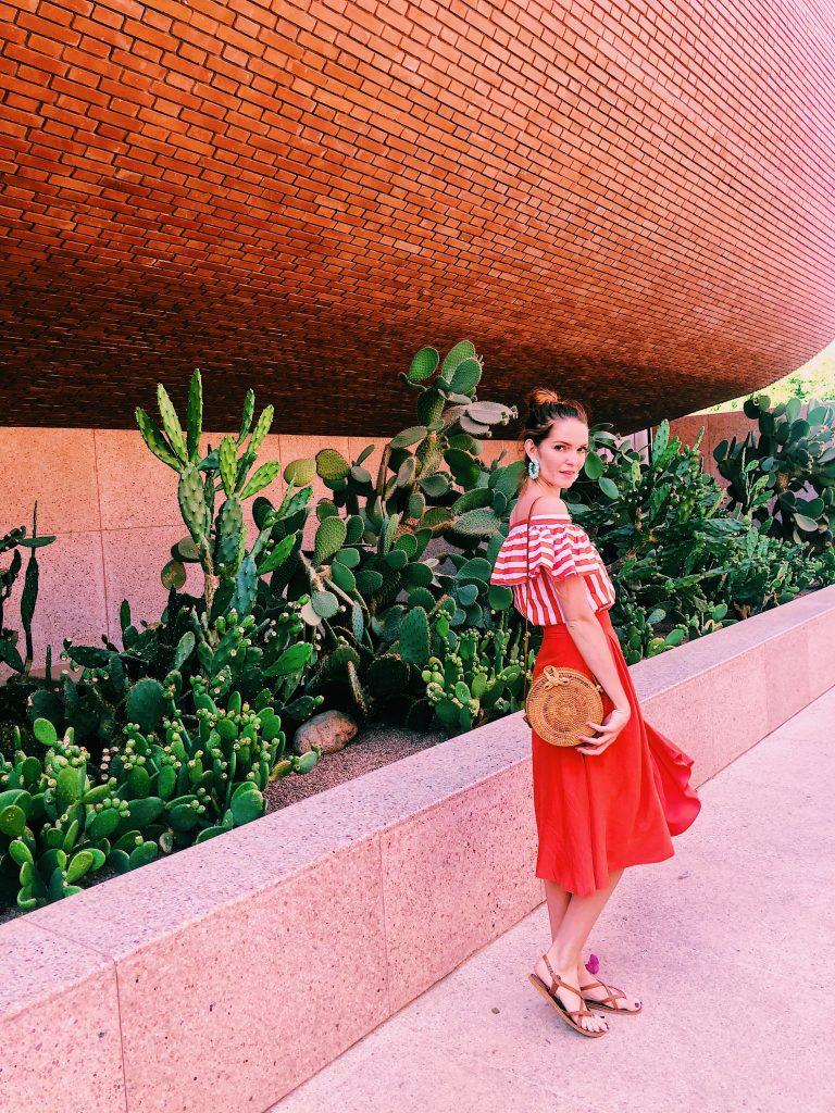 Lizzie devant le musée et sa végétation verdoyante