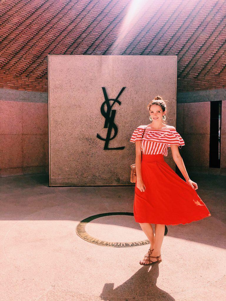 Lizzie posant devant le gros logo YSL